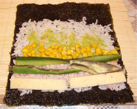 суши с крабами у кукурузой