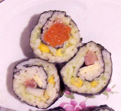 суши ролл инсайд с лососем и кукурузой