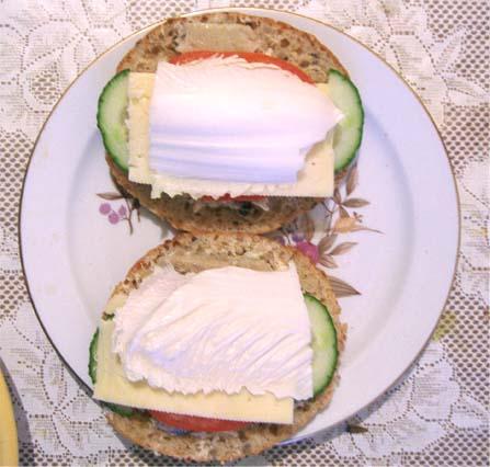 бутерброды с селедкой и овощами