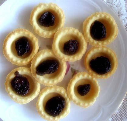 корзиночки с черносливом и взбитыми сливками
