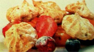 Меренги ореховые с фруктами